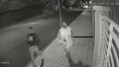 Homens armados roubam de ponto de venda de ingressos do show de Marília Mendonça - Dois homens armados invadiram um dos pontos de vendas de ingressos do show da Marília Mendonça, em Marília, na noite de terça-feira. Segundo a polícia, os criminosos roubaram um malote com cerca de R$ 36 mil.