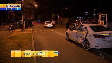 Motorista com carteira vencida bate em viatura da polícia em Porto Alegre - Assista ao vídeo.