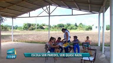 Descaso na educação: crianças estudam em escola sem paredes em Mucuri - Os alunos sonham em ter um colégio de verdade; veja na reportagem.