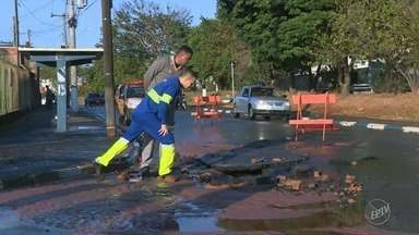 Sub-adutora rompe na Avenida Rui Rodriguez e assusta moradores de Campinas - Rompimento aconteceu por volta das 6h20, no Bairro Jardim Novo Campos Eliseos.