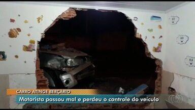 Caminhonete desgovernada invade berçário no Jardim Balneário Meia Ponte, em Goiânia - Segundo PM, motorista teve um mal súbito e invadiu parede da creche. Ninguém se feriu.