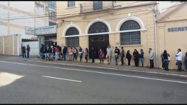 Pelo segundo dia seguido, desempregados foram fila em busca de oportunidade em São Carlos - Movimento intenso começou depois que uma rede de supermercado anunciou que iria se instalar na cidade.