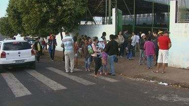 Pais reclamam de linha de ônibus que passa em frente a escola municipal em São Carlos - Trajeto das linhas de ônibus no bairro Cidade Aracy foram alterados depois que a prefeitura mudou a sinalização de trânsito no local.