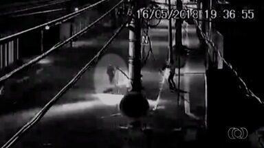 Sargento do Corpo de Bombeiros é assaltado no Setor Centro-Oeste, em Goiânia - Câmeras de segurança registraram o crime.