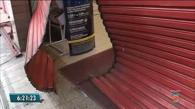 Grupo usa carro para arrombar loja e rouba oito televisões em Campina Grande - Outras dez televisões foram danificadas. Gerente não informou a quantia total levada na ação.