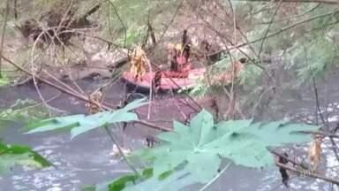 Homem se esconde em rio poluído para fugir da GM e mobiliza bombeiros, em Americana - Rapaz acelerou veículo quando começou a ser perseguido pela corporação. Motorista foi levado para o Hospital Municipal Waldemar Tebaldi.