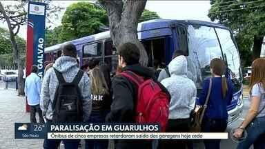 Greve de motoristas e cobradores afeta 80 linhas de ônibus em Guarulhos - Veículos saíram da garagem com atraso em protesto de funcionários por melhores salários.