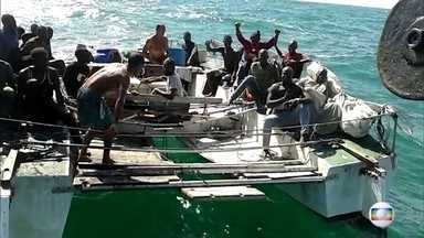 PF prende dois brasileiros por imigração ilegal após encontrá-los com africanos em barco - Eles estavam com grupo em barco à deriva no litoral maranhense após sair de Cabo Verde, na costa da África, há 35 dias.