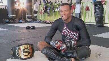 Homem sai do Piauí para se tornar lutador de MMA em Varginha, MG - De família humilde, Fabrício Negão se divide entre a academia e o trabalho em um restaurante.