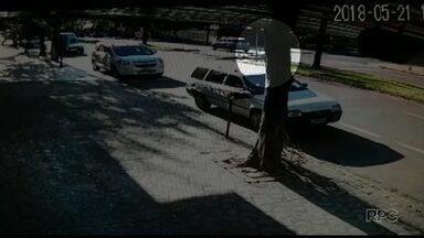 Homem é atropelado em faixa de pedestres em Maringá - As imagens não mostram, mas o motorista voltou para prestar socorro.