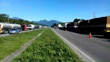 Protestos de caminhoneiros são realizados em várias rodovias do Paraná - Em Irati homem foi preso por passar atirando em manifestação.