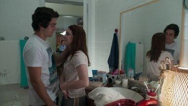 Alex comemora por flora ter escapado ilesa da rebelião - O filho de Gabriela conversa com a irmã