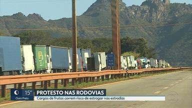 Caminhoneiros voltam a fechar rodovias em Minas Gerais - Dezenas de trechos de estradas federais foram bloqueadas. Categoria protesta contra aumento no preço dos combustíveis.