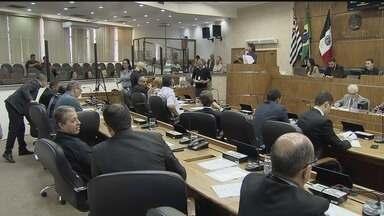 Professores de Praia Grande fazem manifestação em sessão da Câmara - Eles acompanharam a votação de um projeto de lei complementar que altera o plano de carreira da categoria.