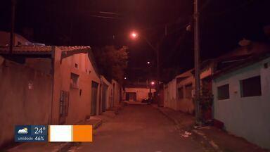 Rixa entre gangues faz mais uma vítima no DF - Rapaz foi baleado em São Sebastião e a polícia desconfia que tiro está ligado à rivalidade entre grupos da cidade. Em dois dias, foram pelo menos 3 crimes ligados a rixas. Na segunda (21/05), tiroteio em Ceilândia foi fatal para uma menina de 5 anos, baleada na cabeça dentro de casa. O alvo seria o irmão dela, de 19 anos, que também foi baleado. Enterro está marcado para esta quarta-feira (23/05).