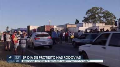 Protestos dos caminhoneiros contra preço do diesel completa três dias - Manifestantes impediram a passagem de veículos de carga nas rodovias e bloquearam a saída de caminhões-tanque da base de distribuição da Petrobras, no SIA. Reunião de líderes grevistas com representantes do governo federal terminou sem acordo.