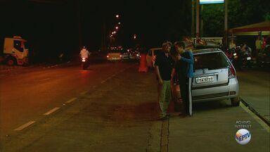 Motoristas de São Carlos enfrentaram longas filas nos poucos postos que tinham combustível - Em um dos postos, o limite é de R$ 100 por carro, e não há venda por galão. Cerca de 900 carros foram abastecidos hoje.
