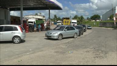 Motoristas fazem fila em posto sem combustível em João Pessoa - Teve gente que esperou quase 8 horas para abastecer o carro.