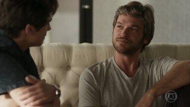 Beto/Miguel revela a Valentim que amou uma mulher no passado - O jovem fica impressionado com a semelhança entre o marido de Karola e seu pai biológico, sem saber de que se trata da mesma pessoa