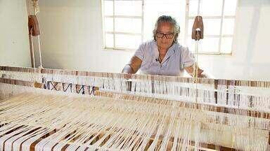 Projeto de tecelagem envolve várias comunidades do Noroeste de Minas Gerais - Técnicas artesanais para fiar o algodão são destaque na rotina de artesãos de Riachinho, Bonfinópolis de Minas, Uruana de Minas e Urucuia.