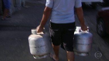 Mesmo com o fim da greve dos caminhoneiros, gás de cozinha ainda está em falta em Goiás - Pessoas fizeram fila e esperaram horas para conseguir botijão no domingo. Abastecimento só deve ser normalizado de quarta para quinta-feira.