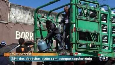 Após fim da greve, goianos ainda enfrentam dificuldades para encontrar gás de cozinha - Segundo sindicato, 25% dos postos estão com estoque regularizado.