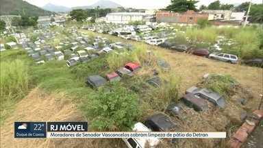 RJ estaciona em Senador Vasconcelos - Moradores cobram a limpeza de um pátio do Detran que está cheio de mato e carros abandonados