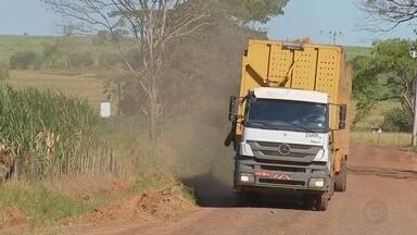 Caminhões canavieiros provocam poeira ao passar por estradas de terra de Luiziânia - Caminhões canavieiros que passam por estradas de terra de Luiziânia (SP) têm incomodado os moradores da cidade com a poeira provocada pelo tempo seco.