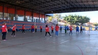 Grupo de amigos se reúne para praticar vôlei adaptado em Presidente Prudente - Mateus Tarifa mostra o desempenho da equipe no quadro 'Praticando Esporte'.