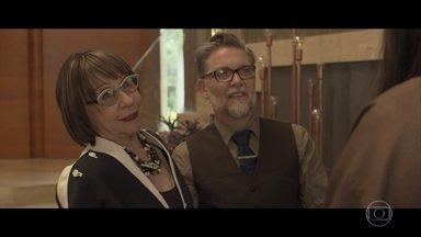 Gomes apresenta Priscila a Rosita - Ele aceita a ajuda de Priscila e os dois decidem fingir que estão noivos