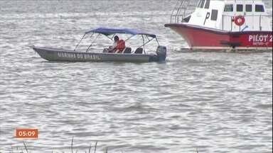 Equipes retomam buscas por duas vítimas que estão desaparecidas no Rio Amazonas - Elas viajavam numa lancha que naufragou nessa terça-feira. Quinze pessoas conseguiram ser resgatadas por um barco pesqueiro que passava pelo local no momento do acidente.