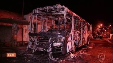 MG entra no quarto dia de ataques a ônibus, carros e prédios públicos - O governo de Minas Gerais admitiu a ação de facções criminosas. Os atos de vandalismo foram registrados em pelo menos 26 cidades mineiras, inclusive em Belo Horizonte.