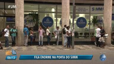 Candidatos a vagas de empregos encaram fila na frente do Simm em Salvador - Confira também as oportunidades de emprego para esta quarta (6).