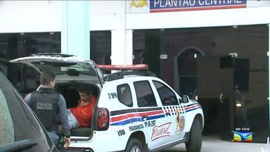 Mulher armada em hospital de São Luís é flagrada por policiais - Mulher armada no Hospital Socorrão II, em São Luís, foi flagrada por policiais. Ela estava com uma pistola .40. Ela estava acompanhando o marido, que estava com ferimento na cabeça.