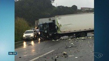 Acidente entre caminhões deixa feridos na BR-262, em Domingos Martins, ES - Bombeiros resgataram um caminhoneiro que estava preso às ferragens. Carona do outro veículo quebrou a perna e motorista sofreu ferimentos leves.