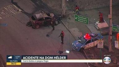 Carro bate e pega fogo na Av. Dom Hélder - Motorista perdeu controle do veículo.