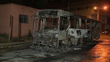 Minas Gerais tem mais ônibus incendiados no 4º dia de ataques no estado - Já são mais de 55 ônibus destruídos em 26 cidades de Minas Gerais. O governo reconheceu que a ordem para os ataques partiu de uma facção criminosa. E anunciou que pode transferir presos para outros estados.
