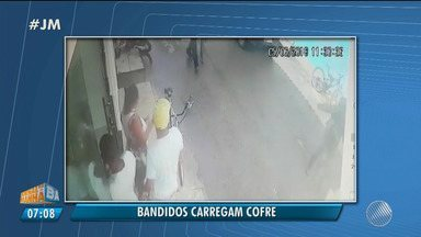 Bandidos assaltam comércios e carregam cofre em Arraial D'Ajuda, na região de Porto Seguro - Imagens do circuito de segurança flagraram as ações.