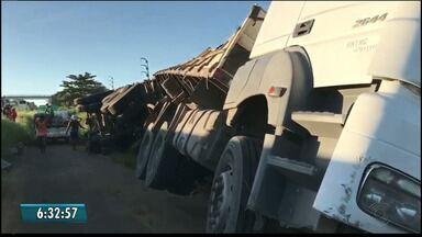 Caminhão tomba na BR-230 para evitar suposto assalto na estrada, em Santa Rita - Motorista percebeu um grupo armado dentro de um carro próximo a ele, na BR-230.