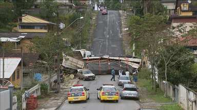Caminhão não vence subida, volta e bate numa casa e num carro - O acidente foi hoje(06) em Campo Largo. Ninguém ficou ferido
