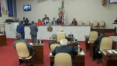 Vereadores apresentam relatório da CEI que investiga serviço do tapa-buraco em Rio Preto - Nesta terça-feira (5) teve sessão da Câmara de Rio Preto, e os vereadores da comissão que investiga o serviço do tapa-buraco na época do ex-prefeito Valdomiro Lopes, apresentaram o relatório final. Mas para as denúncias todas serem apuradas, vai depender mesmo do ministério público e da polícia.