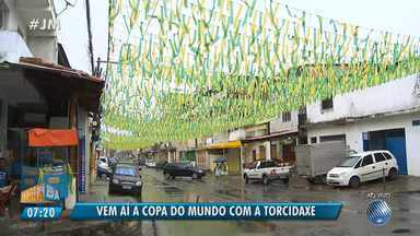 'Torcidaxé': moradores enfeitam a Rua Dreta do Uruguai para a Copa do Mundo - Confira as imagens.