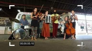 """Banda franco-brasileira """"Tchaô-Laru"""" faz show na região - Nome do grupo significa uma saudação à rua e às pessoas que ocupam esse espaço."""