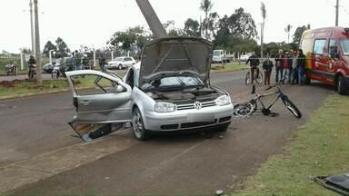 Polícia prendeu um motorista que teria provocado um acidente em Arapongas - O motorista teria perdido o controle do carro, bateu num poste e acabou prensando um ciclista que passava pelo local contra o poste, o rapaz morreu na hora.
