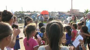 Ação leva orientações sobre a erradicação do trabalho infantil ao bairro Uruará - A ação faz parte da Campanha 'Brincar, estudar, viver. Trabalhar só quando crescer', voltada para o combate ao trabalho infantil.
