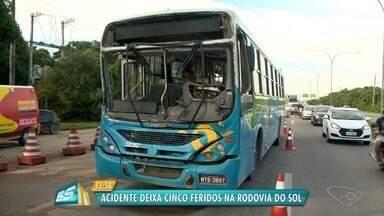 Ônibus bate na traseira de caminhão na Barra do Jucu, em Vila Velha, ES - Passageiros contaram que o motorista do coletivo ficou preso às ferragens. Acidente aconteceu por volta das 6h30 e trânsito ficou intenso no local.