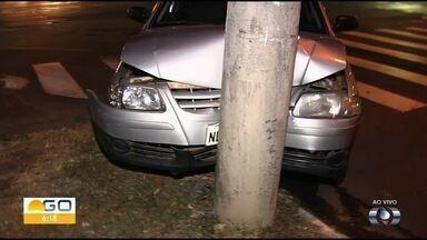 Carro bate em poste no cruzamento das avenidas T-63 e Couto Magalhães - Veículo rodou e bateu no poste.