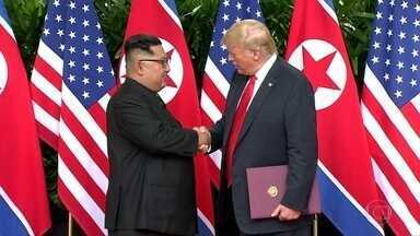 Trump e Kim Jong-un firmam acordo histórico em Singapura - O presidente dos Estados Unidos, Donald Trump, e o ditador da Coreia do Norte, Kim Jong-Un, fizeram história em Singapura. Depois de décadas de animosidade e troca de insultos, os líderes prometeram uma nova era na relação entre ambos os países.