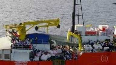 Mundo acompanha drama de refugiados à deriva no Mediterrâneo - O governo da Itália tinha impedido o desembarque dos imigrantes nos portos italianos. Ontem a Espanha permitiu que o navio aportasse em Valência. Mas a viagem é longa e perigosa. E dois barcos da Marinha italiana tiveram que ajudar.