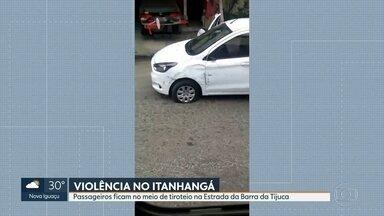Tiroteio assusta passageiros de ônibus no Itanhangá - Nesta terça-feira (12), um homem morreu durante uma operação. Nesta quarta, passageiros de um ônibus tiveram que deitar no chão durante a troca de tiros, na Estrada da Barra da Tijuca.